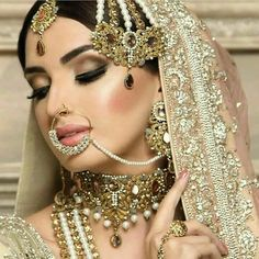 Bridal Jewelry / Jhoomar Designs Collection 2018 Today we are sharing with you some new and trendy Jewelry and Joomar tika designs for weddings. This post is specially designed for those girls who are searching for new and stylish jewelry for her we Bridal Looks, Bridal Style, Gem Makeup, Moda Indiana, Asian Bridal Makeup, Indian Makeup, Pakistani Bridal Makeup, Pakistani Jewelry, Braut Make-up