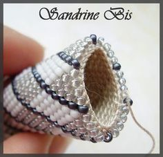 Maille_serr_e_2 Bead Embroidery Jewelry, Beaded Jewelry Patterns, Beaded Embroidery, Beading Patterns, Bead Crochet Patterns, Bead Crochet Rope, Crochet Designs, Crochet Beaded Bracelets, Bead Loom Bracelets