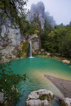 Ilıca şelalesi/Pınarbaşı/Kastamonu/// Pınarbaşı'na 12 km. uzaklıkta Ilıca Köyü içinde yer alan şelale, 15 metre yükseklikten aşağıya dökülmektedir. Suyun döküldüğü yerde oluşan doğal havuzun çevresi oldukça çeşitli bitki örtüsü ile kaplanmış egzotik bir görünüme sahiptir.