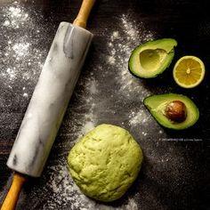 La pasta frolla con avocado al posto del burro è una ricetta base di pasticceria facile e veloce che sostituisce perfettamente la pasta frolla comune in caso di intolleranze al lattosio. Perfetta come base per torte dolci è ottima anche per i biscotti.