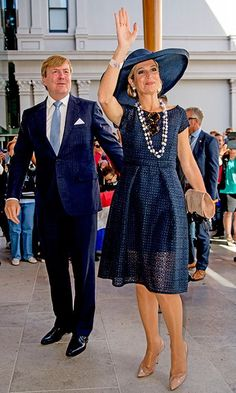 For a visit to the Auckland Art Gallery, the mother of three dazzled in a navy eyelet dress with a matching wide-brim hat. Royal Clothing, Royal Dresses, Mature Fashion, Gowns Of Elegance, Eyelet Dress, Queen Maxima, Royal Fashion, Mother Of The Bride, African Fashion