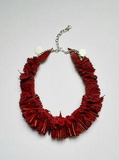 Collana pelle capretto rosso. Handmade. Chiusura: catena e moschettone