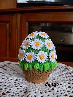 PISANKA KOSZYCZEK STOKROTEK WYKONANA TECHNIKĄ QUILLING Paper Quilling Flowers, Origami And Quilling, Paper Quilling Designs, Quilling Paper Craft, Quilling 3d, Quilling Patterns, Egg Crafts, Easter Crafts, Craft Museum