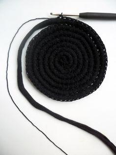 VMSom Ⓐ basket: Matonkudevirkkaus Crochet Home, Crochet Yarn, Crochet Stitches, Cotton Cord, Crochet Circles, T Shirt Yarn, Yarn Needle, Saddle Bags, Sewing Crafts