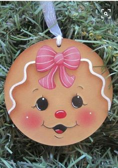 Where to hang the Christmas balls (other than on the tree)? Gingerbread Ornaments, Painted Christmas Ornaments, Christmas Gingerbread, Christmas Wood, Christmas Balls, Christmas Projects, Holiday Crafts, Christmas Decorations, Gingerbread Men