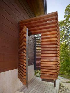 Machen Sie sich bereit! Wie kann man eigentlich eine outdoor Dusche selber bauen? Wählen Sie eine passende Fläche in Ihrem Garten und stellen Sie den Sandkasten