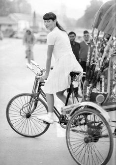 Christy Turlington riding a bicycle. | Shared from http://hikebike.net