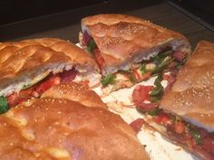 Gevuld Turks brood met Turkse worst-, feta-, basilicum en tomaat.