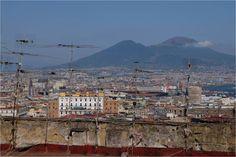 Derrière la forêt d'antennes, vue sur Naples et le Vésuve
