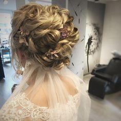 Denne flotte bruden giftet seg forrige helg. Tusen takk for det ærefulle oppdraget, Bente👰🏼❤️🔛 svipe for flere bilder. Frisø Amanda, Dreadlocks, Hair Styles, Gift, Beauty, Instagram, Hair Plait Styles, Hair Makeup, Hairdos
