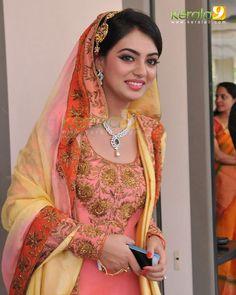 Beauty Pictures: Nazriya Nazim Stylish Girls Photos, Stylish Girl Pic, Girl Photos, Hd Photos, Beautiful Suit, Beautiful Saree, Beautiful Bride, Kerala Bride, South Indian Bride