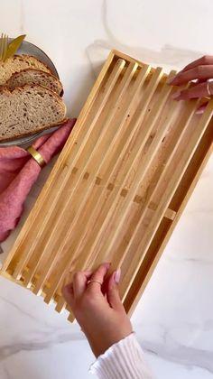 Sei stufa di riempieri di briciole il piano della cucina quando tagli il pane? Ecco la soluzione perfetta, clicca qui e scopri tutti i dettagli su WestwingNow! //Arredamento casa interni design idee isprazione decorazione cucina tagliere aperitivo pane legno fai da te decorato #Westwing #casa #interni #design #idee