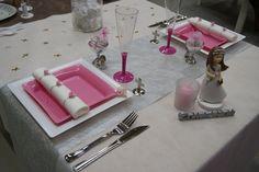 Décoration de table Communion Fille -- www.le-geant-de-la-fete.com @legeantdelafete #deco #table #inspiration #decoration #gobelet #assiette #vaissellejetable #rose #communion #enfant #girl #dragees #bougie