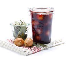 Ob als Apéro-Häppchen oder in einer herzhaften Sauce zu Fleisch – diese beschwipsten Zwiebeln kommen immer gut an.