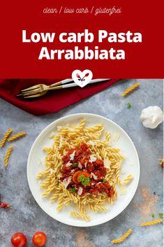 Diese gesunde low carb Pasta Arrabbiate ist wohl das schnellste Nudel Gericht der Welt. In Italien ist dieser Klassiker heiß begehrt. Ich stelle dir heute meine gesündere Version mit low carb Nudeln vor. Low Carb Pasta, Low Carb Nudeln, Vegan, Food Styling, Food Photography, Ethnic Recipes, Pasta Meals, Fast Recipes, Healthy Recipes