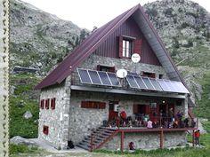 Refugio de Respomuso. #Huesca #Pirineos Cabin, House Styles, Travel, Home Decor, Pyrenees, Shelters, Paths, Viajes, Cabins