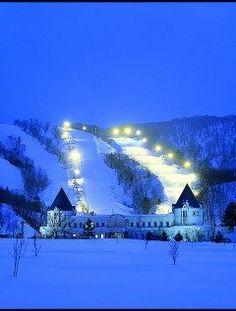 朝方雨が降っていたようですが  晴れてきました  スキー場の準備作業は順調に進んでいます  http://ift.tt/2cddIy3…