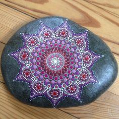 FLEUR - galet peint à la main - peinture acrylique Pébéo # Mandala Stone #