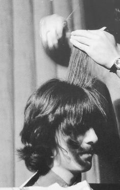 harrisonsprincess: paulloveslinda: George Harrison getting his hair cut. Gfdhddhjgbssj <3