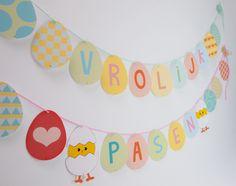 Maak zelf deze slinger met 'Vrolijk Pasen'! Gekleurd of zelf inkleuren. Gratis download | ©Papiergoed