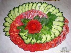 Veggie tray of tomatoes and cucumbers - Kochrezepte - Veggie Recipes Salad Design, Food Design, Design Design, Creative Food Art, Food Carving, Vegetable Carving, Food Garnishes, Garnishing, Party Trays