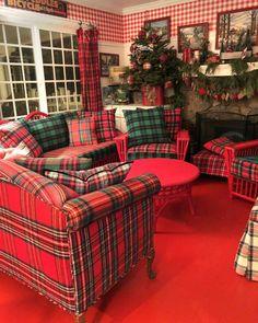🌟Tante S!fr@ loves this📌🌟Kerry/Maria ( Tartan Christmas, Cottage Christmas, Merry Little Christmas, Plaid Sofa, Tartan Plaid, Red Cottage, Cottage Style, Plaid Living Room, Tartan Decor