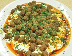 Köfteli Ali Nazik Tarifi.sıvı ve tereyada kızart.köfteleri ocaktan almadan toz kırmızı biber serp karıştır.maydonoz serp