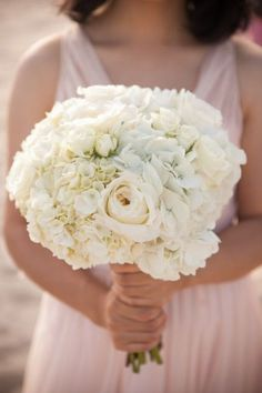 #Rose and #hydrangea #bouquet: all in #white! #Chic and #romantic, choose your #style! Thanks to Style Me Pretty for the #inspiration. #Wedding #WeddingBouquet #WeddingInspiration #flower #bride #love #beautiful