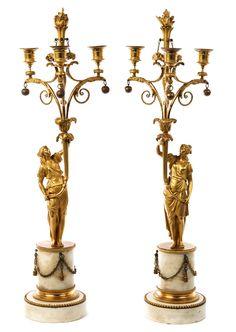 Höhe: ca. 67 cm. Paris, um 1785. Bronze, vergoldet, und Carrara-Marmor. Über einer runden, mit Pfeilstab verzierten Plinthe ein kurzer, glatter Sockel mit...