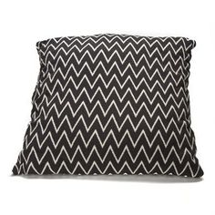 One can never have too many cushions! Add this Zigzag cushion cover to your collection from the Danish brand Ørskov. The cushion cover is made of pure cotton and has a  graphical pattern in black and white that is easy to mix and match with other textiles! Available in different sizes.