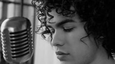 Sam Alves Vencedor do The Voice Brasil 2013 abandonou a faculdade de medicina para se dedicar a música.