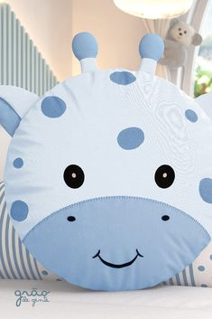 The newest little friend of Grão de Gente the Giraffe Round Cushion in blue color has arrived to enchant your prince! With his little spots and a friendly smile . Baby Sewing Projects, Sewing For Kids, Baby Boy Nurseries, Baby Cribs, Rosa Sofa, Baby Room Storage, Fabric Toys, Sewing Pillows, Baby Pillows