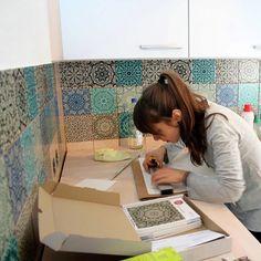 Einfach umsetzen mit wunderschönem orientalischen Effekt: Marokkanische #Mosaikfliesen in der #Kueche von Vanessa | #fliesenfolie #tilestickers #fliesenaufkleber #fliesensticker #fliesenliebe #fliesen #orientalischefliesen Küchen Design, Sweet Home, Mirror, Interior, Diy, Furniture, Moroccan Living Rooms, Moroccan Tiles, Diy Bathroom Tiling