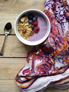 Taça de açaí e iogurte com granola de trigo serraceno