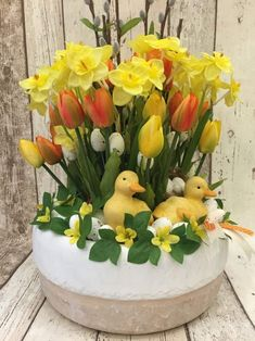 Easter Flower Decorations & Centerpieces that'll spreads the festive charm in the most beautiful way - Hike n Dip Easter Flower Arrangements, Flower Centerpieces, Flower Decorations, Floral Arrangements, Elegant Centerpieces, Flower Vases, Easter Plants, Easter Flowers, Easter Tree