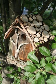 """Treehouse Birdhouse - love the """"tree"""" on the front, accented very well by the twigs on the face and log slices on the roof - inspiration only -"""