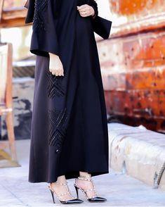 Image may contain: one or more people Arab Fashion, Muslim Fashion, Modern Abaya, Black Abaya, Hijab Trends, Abaya Designs, Pakistani Dress Design, Mode Hijab, Fashion Dresses