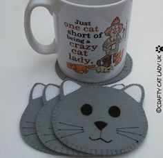 Porta Copos de Feltro – 2 Passo a Passos + Modelos para Copiar sew einfach clothes crafts for beginners ideas projects room Face Coasters, Diy Coasters, Coaster Crafts, Felt Cat, Penny Rugs, Felt Patterns, Felt Bookmark, Cat Crafts, Mug Rugs