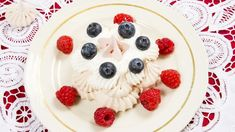 Nejslavnější dorty podle cukrářských mistrů - Novinky.cz Pavlova, Fruit Salad, Red Velvet, Panna Cotta, Pudding, Ethnic Recipes, Food, Dulce De Leche, Meal