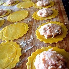 Ed oggi facciamo SOLO i ravioli ripieni di salmone e gamberetti! SOLO???? Ingredienti: Farina 300 g Uova 3 Sale 1/4 di cucchiaino Un filo di olio Salmone 200 g Gamberetti (sgusciati) 100g Ricotta 2…
