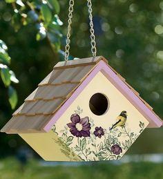 SOUND: http://www.ruspeach.com/en/news/10439/     Скворечник - это сделанное человеком приспособление предназначенное для птиц или для декора. Первый скворечник был изобретен британским защитником природных ресурсов Чарльзом Вотертоном в начале 19-го века. Скворечники обычно деревя