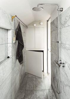 16坪左右的倫敦公寓,以純白簡約設計風格為主,強大的收納空間創意令人讚嘆,值得分享的好案例。原本是專業木工的建築師 Roger Hynam,利用他的精密計算和技術,把中島廚房和收納結合得十分完美,讓屋主可以享有絕佳的料理空間。同時,利用挑高空間創造出閣樓,同時把樓梯空間也變身成為最佳的櫥櫃,相當完美的設計。 via Ullmayer Sylvester Architects