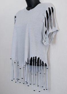 Artículos similares a fringed & beaded tshirt - M en Etsy Diy Cut Shirts, T Shirt Diy, Diy Tshirt Ideas, Clothing Hacks, Clothing Labels, T Shirt Redesign, Cut Shirt Designs, Cut Up T Shirt, Diy Fashion