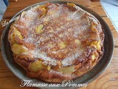 Eplucher les pommes, les couper en lamelles.Dans un plat supportant le fouret les flammes, mettre un peu de beurre, le faire fondre et faire cuire les pommes en remuant, elles doivent devenir fondantes.