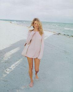 KATE MOSS STROLL ON THE BEACH