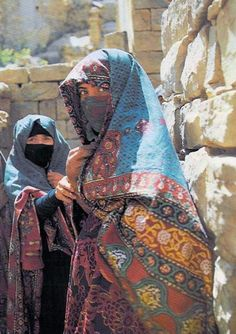 Women from the Sana'a region, Yemen. Scanned postcard, published by General Tourism Corporation We Are The World, People Around The World, Costume Tribal, Yemen Women, Arte Tribal, Kairo, Bagdad, North Africa, World Cultures