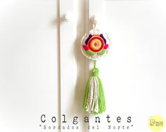 Colgante Bordados del Norte Holiday Ornaments, Embroidery Patterns, Lana, Dream Catcher, Tassels, Diy Projects, Drop Earrings, Sewing, Keychains
