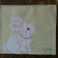 Bordado Tipo Chicken Scratch, Chicken Scratch Embroidery, Sewing Accessories, Cute Bunny, Embroidery Stitches, Smocking, Gingham, Needlework, Cross Stitch