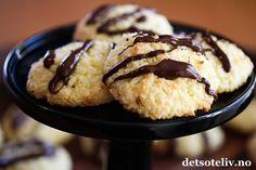 Å, nam! Dette er knallgode kaker! Jeg har lenge hatt Kokoskaker med vaniljekrem blant mine favorittsmåkaker. Det er vaniljekremen i deigen som gjør at de blir spesielt myke og gode. Kakene er helt uten hvetemel og er superlettvinte å lage. Denne gangen pyntet jeg disse kokoskakenemed smeltet sjokolade, og det ble skikkelig DIGG!
