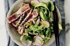 Eat healthy and satisfying with this Japanese inspired tuna tataki salad.
